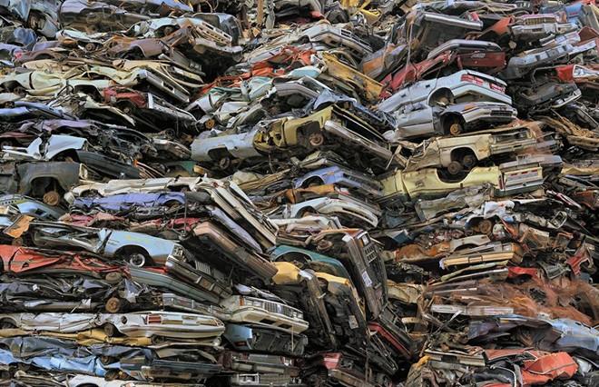 Những ôtô đã qua sử dụng bị đập bẹp và xếp chồng lên nhau chờ tái chế ở Mỹ. Quy trình kiểm tra phương tiện lưu thông nghiêm ngặt khiến nhiều người Mỹ quyết định bỏ xe cũ nhằm tránh phiền phức chúng có thể mang lại.