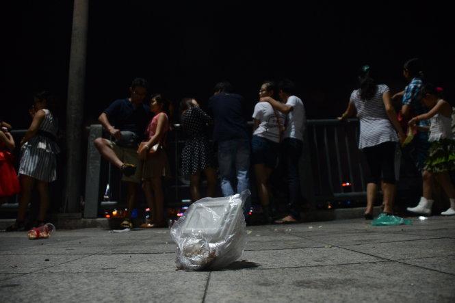 Sự thờ ơ ý thức của bạn trẻ về rác trên cầu Thủ Thiêm, TP.HCM - Ảnh: Quang Định