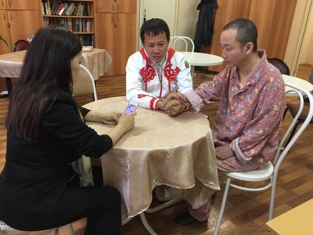 Giây phút anh Triều (giữa) gặp anh trai Tuấn Anh sau 28 năm xa cách