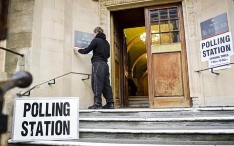 Tại điểm bỏ phiếu ở Thư viện Bristol sáng 7/5 (ảnh: The Guardian)