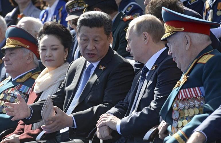 Ông Tập Cận Bình ngồi ngay cạnh Tổng thống Nga Putin (Nguồn: Reuters)