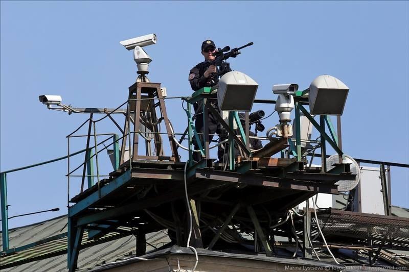 Tại vị trí trực chiến của một đội bắn tỉa FSO với đầy đủ các trang thiết bị chuyên dụng. (Nguồn: Ilya Varlamov)