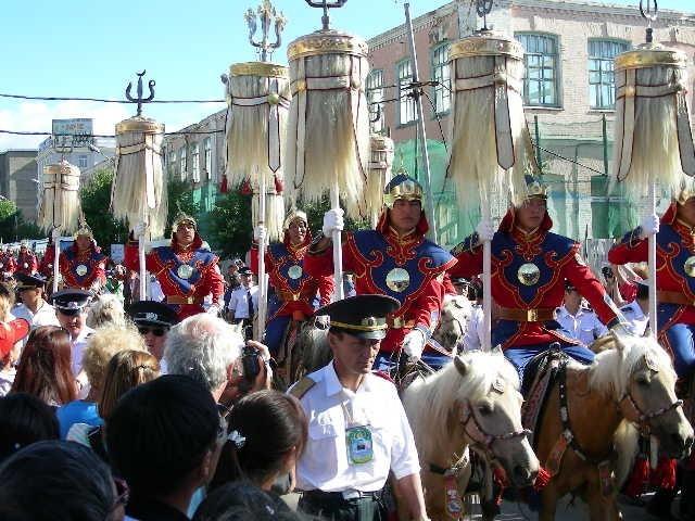 Trong dịp lễ Độc lập Nadaam, quân đội Mông Cổ diễu binh với trang phục thể hiện sự hào hùng, lớn mạnh của một Đế quốc trong quá khứ. Khi đất nước hòa bình, lực lượng diễu binh thường cưỡi ngựa trắng, còn trong thời chiến họ cưỡi ngựa đen.