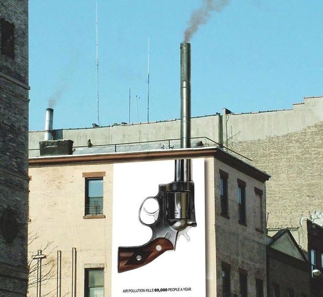 Hình ảnh cột khói thải gắn liền với chiếc súng, cảnh báo người xem về sự nguy hiểm của ô nhiễm không khí, nguyên nhân khiến 60.000 người phải chết mỗi năm.