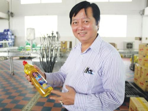Ông chủ Mỹ Hảo Lượng Vạn Vinh cùng thương hiệu sống tốt trên sân nhà. Ảnh: Myhao.