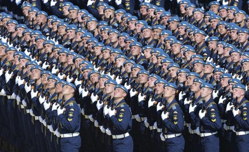 Các binh sĩ Nga tham gia buổi diễu hành (Nguồn: Reuters)