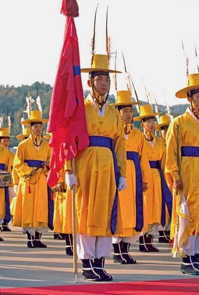 Năm 1996, đơn vị lính canh ở cung điện Gyeongbokgung của Hàn Quốc đã tái diễn sự thay đổi của quân đội trong suốt thời phong kiến. Họ mang trang phục và vũ khí truyền thống để thể hiện sự thay đổi trong phương cách bảo vệ cung điện qua các thời đại một cách công khai với khách du lịch.