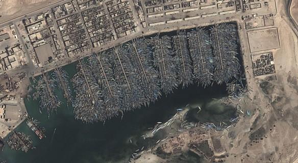 Nghĩa địa tàu thuyền khổng lồ ở Mauritania, quốc gia Hồi giáo Tây Phi. Từ vệ tinh, chúng ta có thể nhìn rõ những con tàu nằm la liệt ở cảng Nouadhibou chờ hóa kiếp. Chúng gây ra tình trạng ô nhiễm môi trường nghiêm trọng trong khu vực.