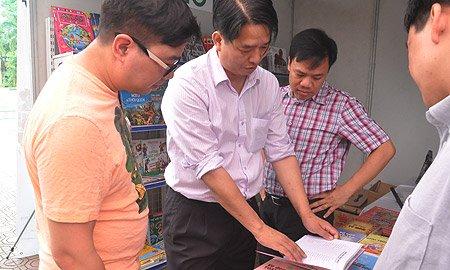 Đỗ Hoài Nam và những người bạn bên gian hàng sách khoa học của Công ty cổ phần văn hóa giáo dục Long Minh ở ngày hội STEM lần thứ nhất. (Ảnh: VC).