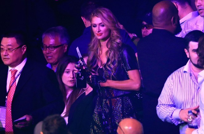 """""""Nữ hoàng tiệc tùng"""" Paris Hilton đến góp vui."""