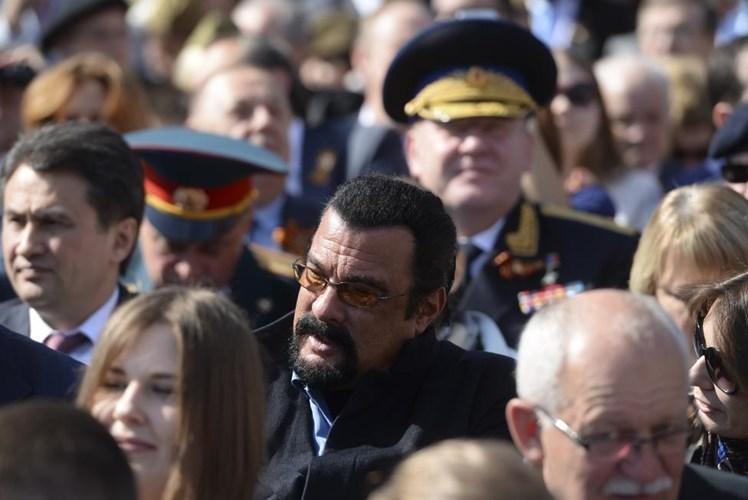 Diễn viên nổi tiếng của Mỹ Steven Seagal có mặt tại buổi diễu binh của Nga (Nguồn: Reuters)