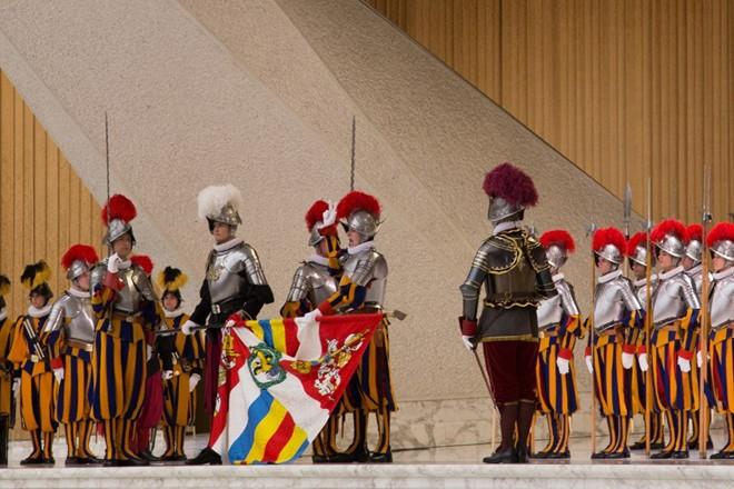 Tòa Thánh Vatican không có quân đội riêng nên việc bảo vệ thánh địa quan trọng và Giáo hoàng do một đội vệ binh Thụy Sĩ đảm nhiệm. Đội vệ binh ra đời từ thế kỷ XVI. Quân phục của vệ binh ở Vantican có trọng lượng khoảng 3,6 kg với 154 mảnh ghép. Dù đã được thiết kế lại vào năm 1914, quân phục của vệ binh Vantican vẫn không thay đổi nhiều so với 400 năm trước