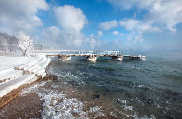 Vào mùa đông, cảnh vật của Crimea bị bảo phủ bởi tuyết trắng nhưng mây trời và nước biển vẫn trong xanh.