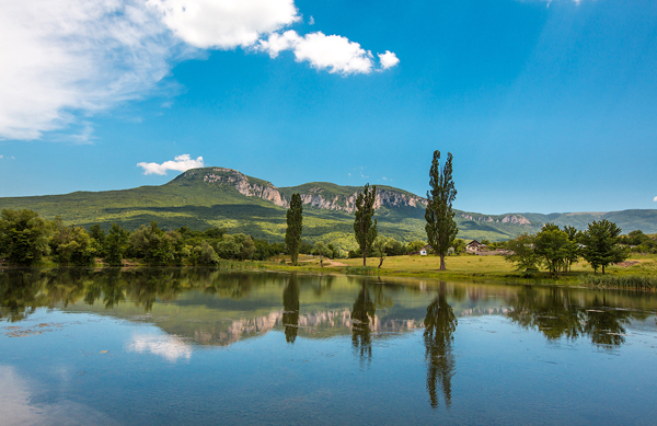 Đầu hè ở thung lũng ven sông Belbek.