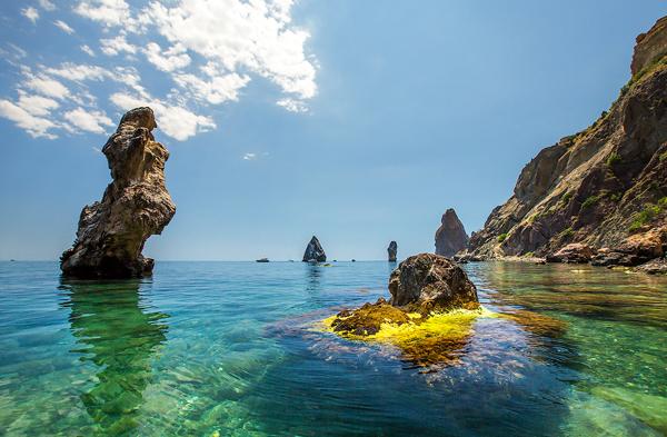 Nước biển trong xanh và các hòn đá 'mọc' lên từ đáy biển.