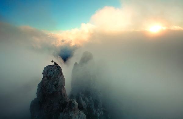 Những đỉnh núi dựng đứng cao chót vót bị che phủ bởi sương mù và mây.