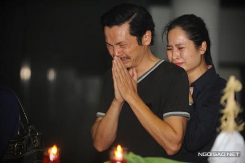 Nghệ sĩ Trung Anh, diễn viên Thân Thanh Giang, hai người em thân thiết với NSƯT Anh Dũng trong nhiều năm hoạt động tại Nhà hát Kịch Việt Nam. Cả hai đều bật khóc nức nở đưa tiễn người anh về với suối vàng để đoàn tụ với vợ.