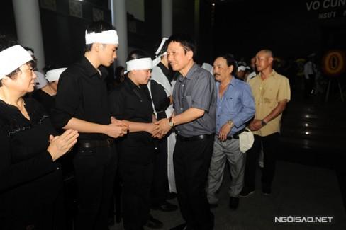 Nhạc sĩ Phú Quang chia buồn với từng thành viên trong gia quyến của cố nghệ sĩ Anh Dũng.
