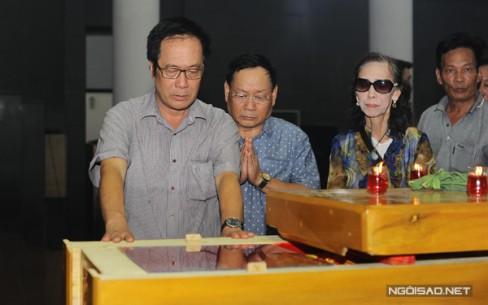 Đạo diễn Tất Bình và nghệ sĩ Tiến Đạt thành kính phân ưu.
