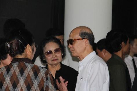 Nghệ sĩ Phạm Bằng và các bạn bè, đồng nghiệp của NSƯT Anh Dũng trong lễ viếng