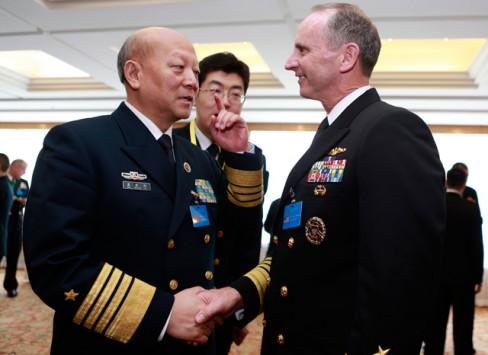 Đô đốc Ngô Thắng Lợi và Đô đốc Johnathan Greenert. Ảnh: Reuters