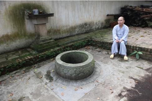 Nằm trong khuôn viên chùa Bút Tháp, xã Thuận Thành, Bắc Ninh, thân giếng làm bằng đá chặm khắc cánh sen nhiều lớp tinh xảo. Theo thầy trụ trì Thích Thanh Sơn, vào cuối thế kỷ 15, giếng được phát lộ cùng với chùa. Giếng được gọi là Giếng Ngọc, xưa kia chỉ để cúng Phật cho các thầy chùa uống.