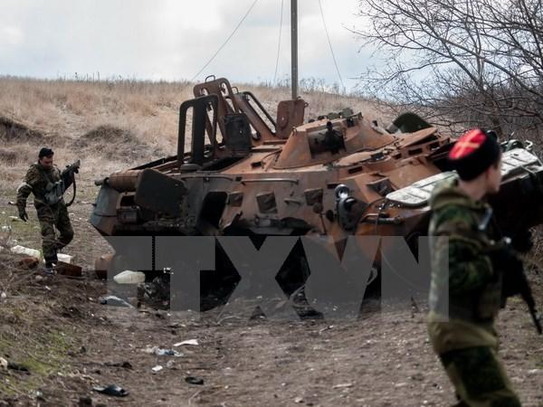 Xe quân sự Ukraine bị phá hủy trong cuộc giao tranh với lực lượng ly khai ở thành phố miền đông Metalist ngày 23/3. (Nguồn: AFP/TTXVN)