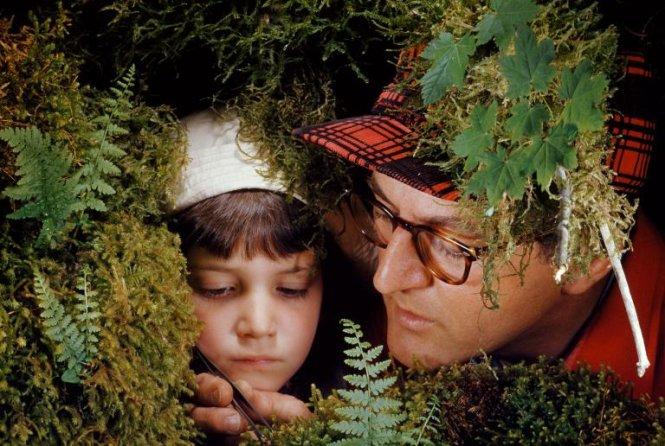 Người cha - một nhà khoa học và con gái đang tập trung nghiên cứu một loài thực vật tại Công viên quốc gia Olympic ở Washington, Mỹ - Ảnh: PAUL ZAHL/NG