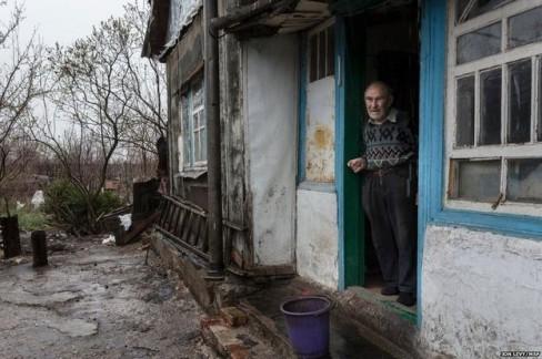 Pavlo Virienko, 86 tuổi một mình chăm sóc cho người vợ ốm yếu bà Lydia, 86 tuổi. Ông sợ mạo hiểm khi phải xa nhà khi các cuộc chiến đấu gần đây trong thị trấn tiếp tục. Trong một lần vào thành phố để mua thêm thức ăn ông bị ngã bị rách mặt. Một trong những con gái của ông bà có thể đến thăm một lần một tuần, nhưng cô con gái khác hiện đang sống tại khu vực Chính phủ kiểm soát không thể vượt qua biên giới để thăm cha mẹ mình.