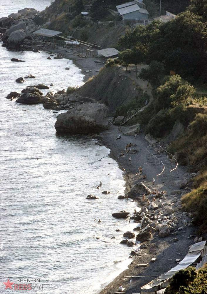 Nếu không thích cảnh chen chúc, bạn có thể tìm đến những bãi biển ở xa thị trấn.