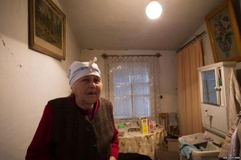 Nina Morozova vừa đươc tổ chức từ thiện Quốc tế tặng một tấm nhựa. Các cửa sổ trong căn hộ của bà đã bị bom đạn trong cuộc chiến phá vỡ.