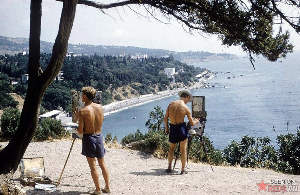 Những người họa sĩ say sưa tác nghiệp trên ngọn núi Diva, gần thị trấn nghỉ mát Simeiz.