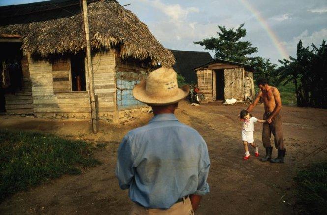 Bé gái khoe đôi giày mới với cha và ông nội tại một trang trại ở vùng Manicaragua, Cuba - Ảnh: DAVID ALAN HARVEY/NG