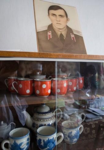 Một bức ảnh của con trai bà  được đặt trang trọng trong căn hộ. Ông đang phục vụ trong quân đội Nga và không thể đến thăm bà kể từ khi cuộc xung đột ở Ukraine bắt đầu.
