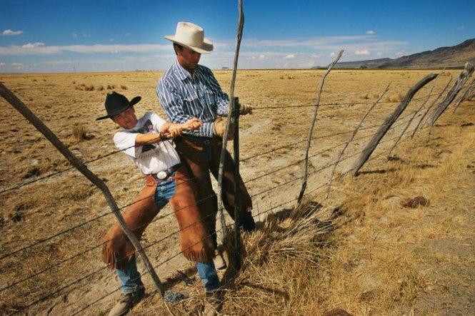 Cha và con trai cùng làm hàng rào bao quanh một trang trại trên vùng núi Steen, bang Oregon, Mỹ. Đây là bức ảnh xuất hiện trong tạp chí của National Geographic trong số ra tháng 8-2001 - Ảnh: MELISSA FARLOW/NG