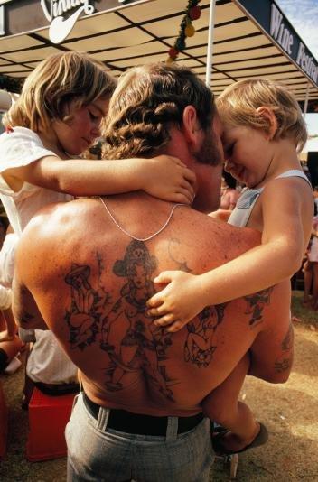 Cha bế 2 đứa con vào lòng tại một lễ hội rượu vang diễn ra ở Caversham, gần thành phố Perth, Úc. Đây là bức ảnh xuất hiện trong tạp chí của National Geographic trong số ra tháng 2-1975 - Ảnh: JAMES L. STANFIELD/MELISSA FARLOW/NG