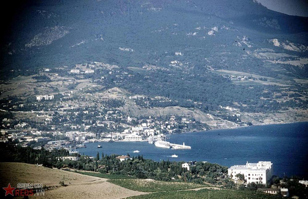 Thị trấn nổi tiếng Yalta, nơi diễn ra hội nghị Yalta từ 4-11/2/1945 với sự tham gia của nguyên thủ 3 cường quốc: Stalin (Liên Xô), Roosevelt (Hoa Kỳ) và Churchill (Anh). Hội nghị này đã định hình nên trật tự thế giới mới sau chiến tranh thế giới II.
