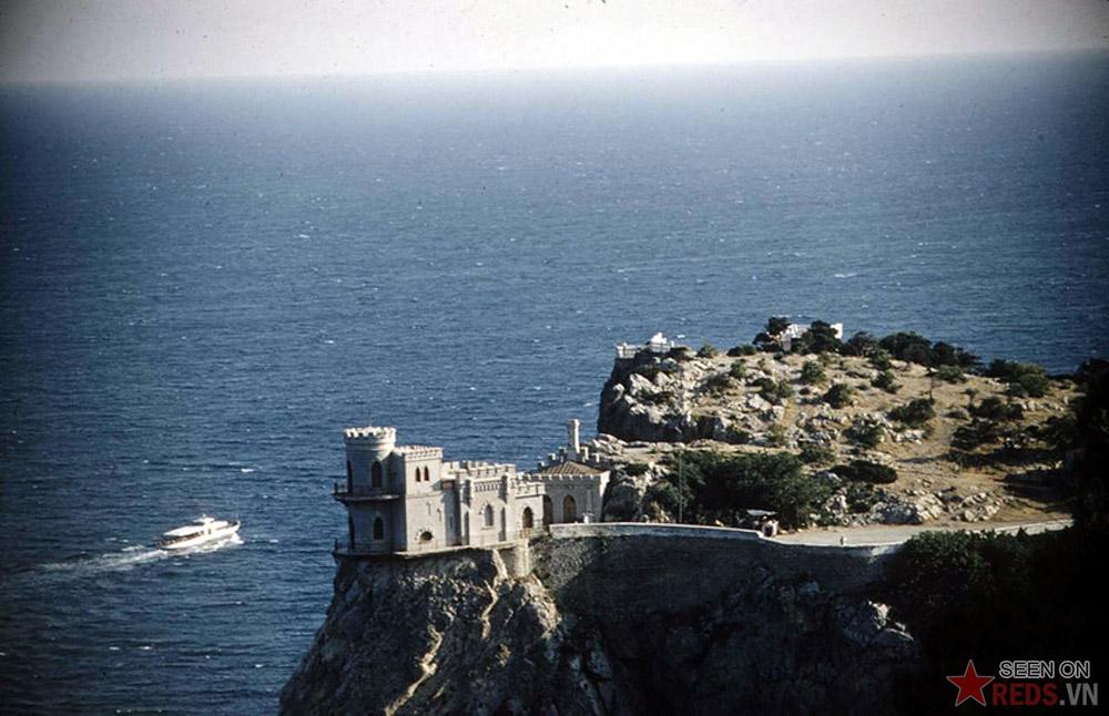 """Tòa lâu đài """"Tổ Yến"""" nằm cheo leo ở độ cao 40m trên đỉnh vách đá Auror gần Yalta. Công trình này được xây dựng trong năm 1911-1912."""
