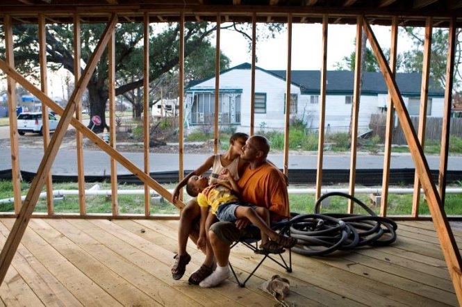 Khoảnh khắc bình yên của cha và 2 con trai tại một ngôi nhà bị hư hại sau bão Katrina hồi năm 2007 - Ảnh: TYRONE TURNER/NG