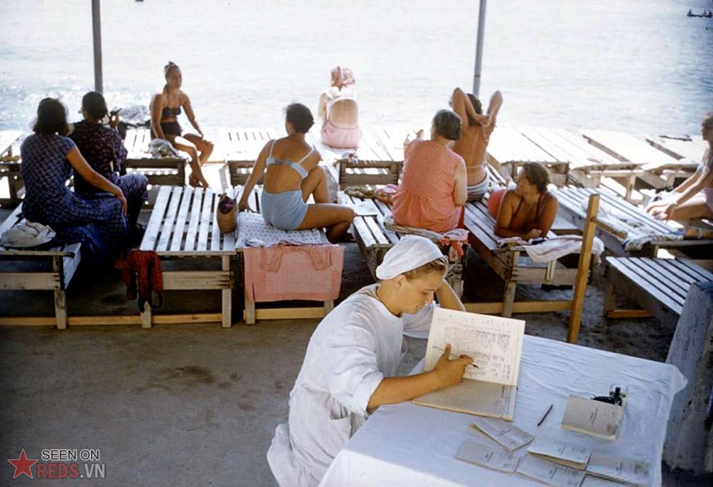 Tại một khu điều dưỡng nằm bên bờ biển, người y tá đang xem lại sổ sách trong khi những phụ lớn tuổi sảng khoái tán gẫu với nhau.