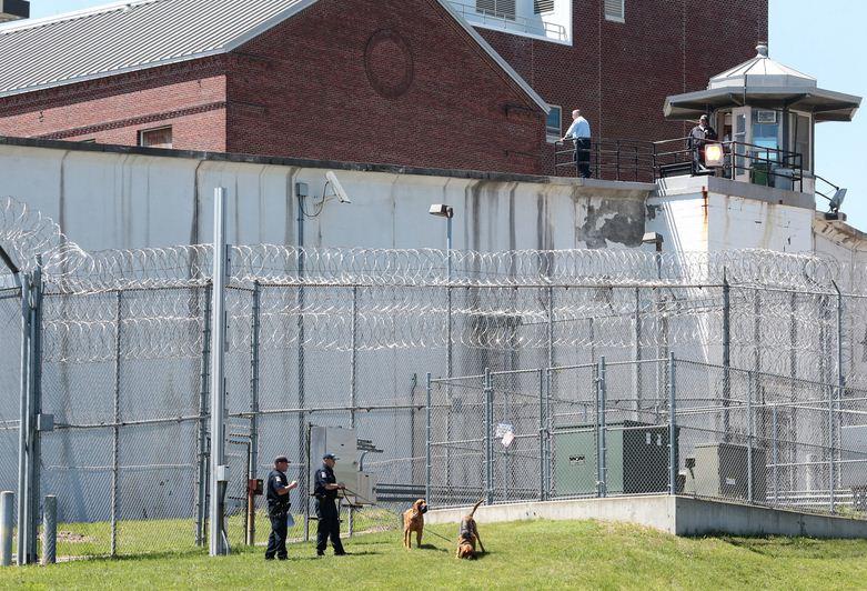 Cảnh sát cùng chó nghiệp vụ canh gác nghiêm ngặt tại nhà tù Clinton Correctional Facility.