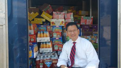 Giám Sát Viên Andrew Đỗ cùng thực phẩm ông tự mua để giúp  hội từ thiện Grandma's House of Hope. (Hình: Ngọc Lan/Người Việt)