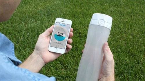 Chai nước thông minh tương thích với ứng dụng smartphone - ảnh: HidrateMe