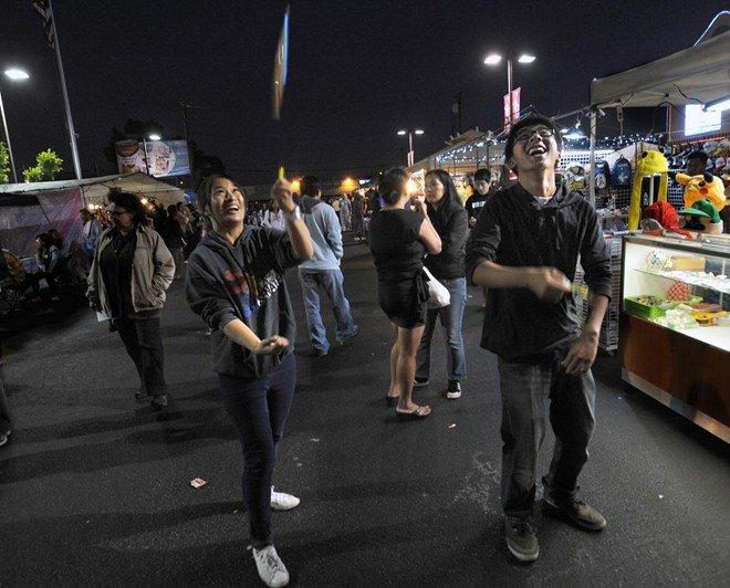 """Thanh niên vui chơi tại khu chợ. Lyna Le, thành viên ban tổ chức, nói: """"Đây là nơi mọi người đến vui chơi, ăn uống và tham gia các buổi tiệc âm nhạc""""."""