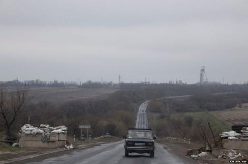 Con đường dẫn vào thị trấn đi qua một trạm kiểm soát, con đường này bị bỏ hoang nối Luhansk và Debaltseve.