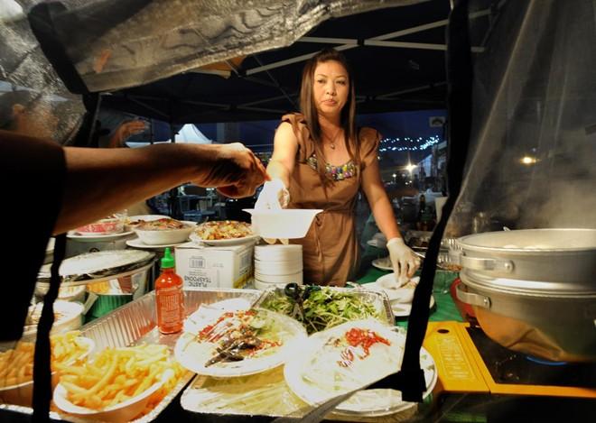 Một sạp bán thức ăn nhanh tại chợ. Chủ quầy phải trả tiền thuê chỗ là 150 USD mỗi đêm.