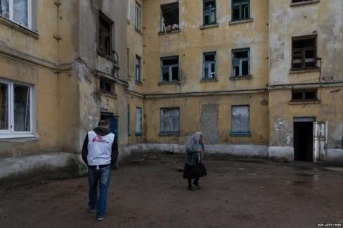 Các bác sĩ MSF sẽ đến thăm nhà một người có cuộc hẹn phẫu thuật lưu động hoàn toàn miễn phí. Các bác sỹ phải đến nhà bệnh nhân vì người bệnh không thể rời nhà của họ.