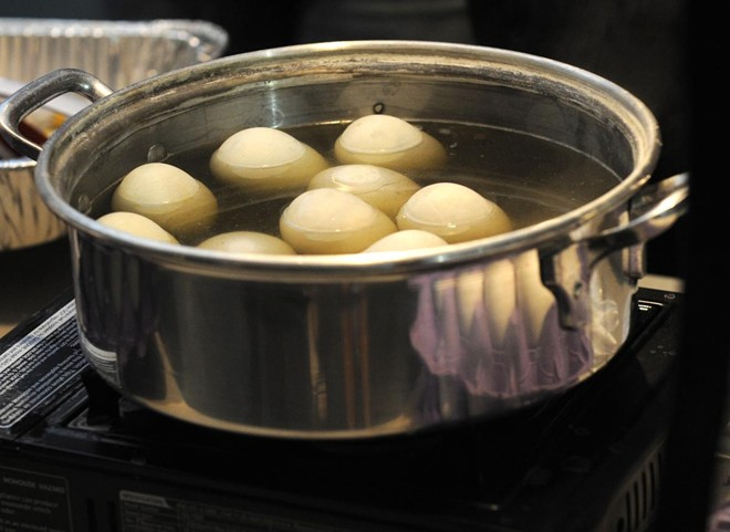 Trứng vịt lộn luộc là một trong những món ăn vặt phổ biến tại chợ đêm của cộng đồng Việt kiều. Trang OCRegister cho biết, thực khách rất dễ tìm thấy những món ăn đặc sản Việt Nam tại đây.
