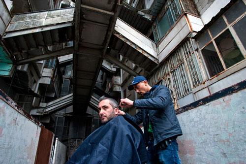 Nhà báo Puca của tuần báo Panorama, người nổi tiếng với loạt bài điều tra về tổ chức mafia khét tiếng Camorra ở Naples, miền nam nước Ý cắt tóc trước khi rời khỏi Scampia. Ảnh: Panorama