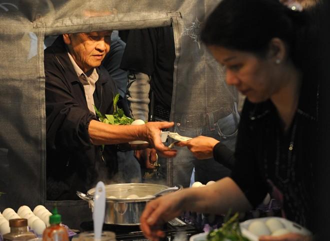Một quầy hàng bán trứng vịt lộn. Hồi năm 2014, hơn 5.000 lượt khách đến chợ mỗi đêm. Ban tổ chức kỳ vọng sự kiện sẽ thu hút nhiều người viếng thăm hơn năm ngoái.